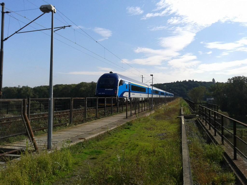 Railjet na mostu inteligence. Zdroj: Facebook - Pražský Semmering - trať č. 122 - zprávy a fotky ze světa železnice