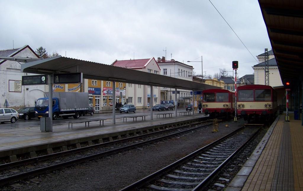 Nádraží Opava východ, pohled k autobusovým zastávkám v Janské ulici. Zdroj: Wikipedia, Autor: ŠJů