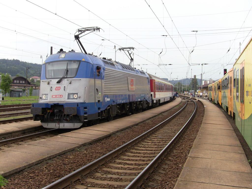 Lokomotiva ČD 380.003-4 na Ex 121 Košičan. Jednalo se o první plánované nasazení této řady lokomotiv na EC vlaku na Slovensko. Vsetín, 24. srpna 2013
