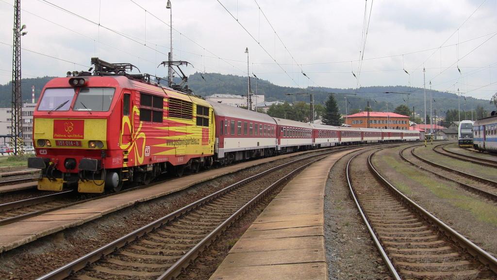 Lokomotiva ČD 151.014-8 na vlaku Ex 220 Detvan. Vsetín, 24. srpna 2013